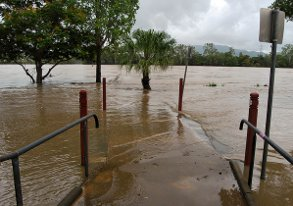 Flooded Fitzroy river - by flickr user xiaozhuli